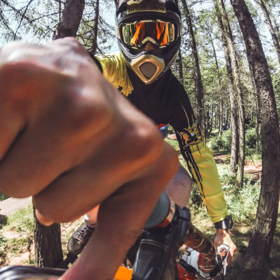 outdoor-training-downhill-robuste-handyhuelle-kavar