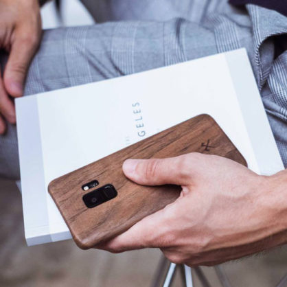 Woodcessories Slim Case Walnuss Lifestyle